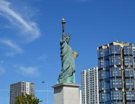 Les statues de la Liberte a Paris.