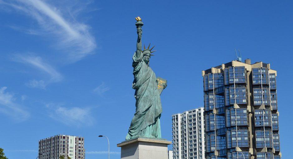 Les statues de la Liberte a Paris