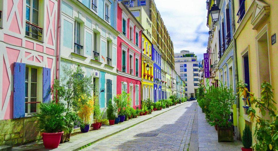 Une rue multicolore.